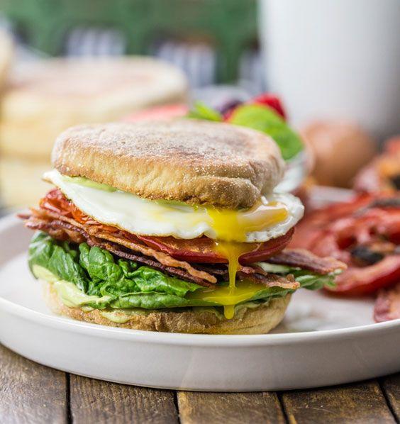 Ранковий гамбургер з авокадо